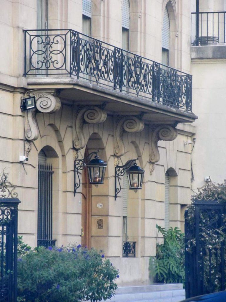 Jakie znaczenie ma montowanie osłon na balkonach?