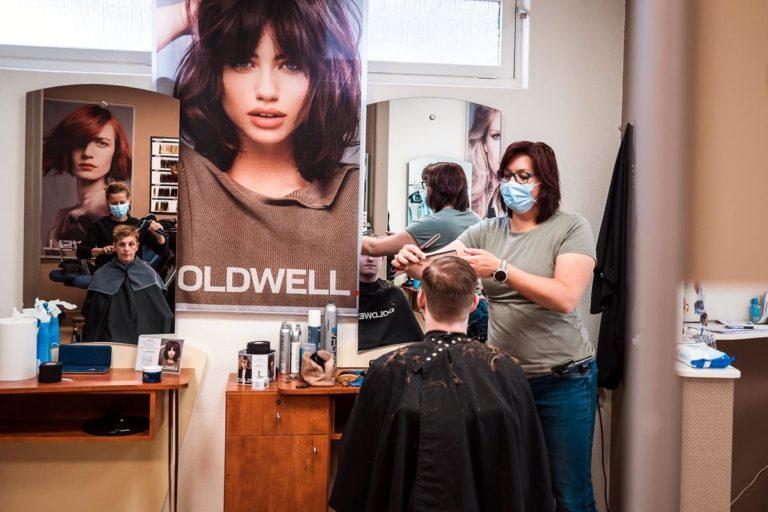 W salonie fryzjerskim możemy poddać się zabiegom pielęgnacyjnym