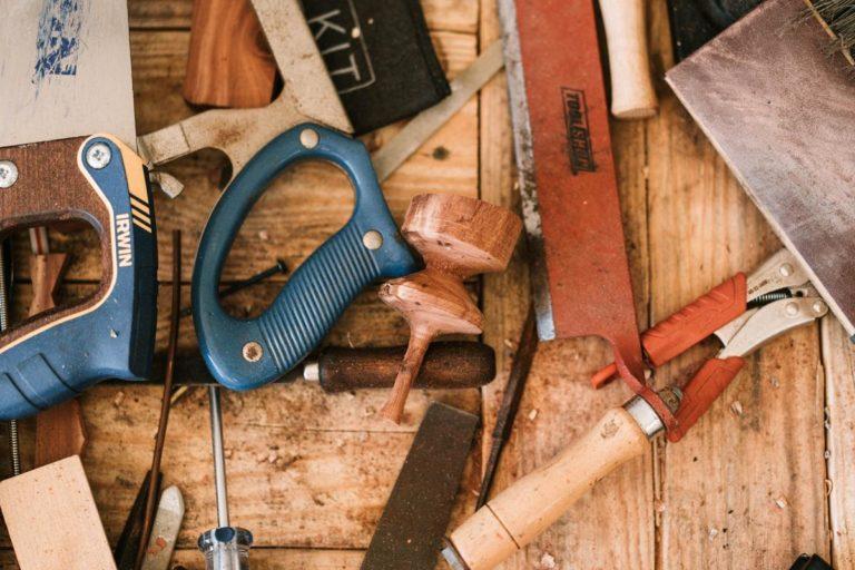 Wkręty ciesielskie jako jeden z najważniejszych elementów połączeń drewnianych